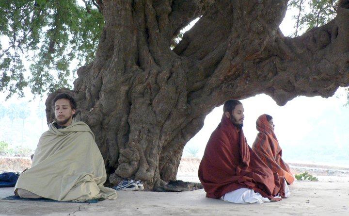 Monaci tibetani in meditazione sull'Himalaya
