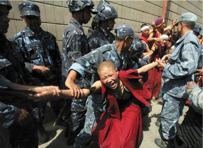 Monaci tibetani selvaggiamente percossi dalla polizia nepalese