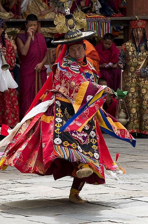 La danza sacra Cham compiuta dai monaci tibetani in meditazione.