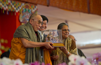 His Holiness the Dalai Lama receives the Mahatma Gandhi International Award for Reconciliation and Peace from Ela Gandhi, the granddaughter Mahatma Gandhi, in Bodh Gaya, India, on January 4, 2011. Photo/Tenzin Choejor/OHHDL