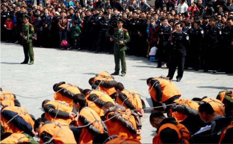 Prigionieri tibetani sono fatti sfilare legati tra la folla in una città cinese.