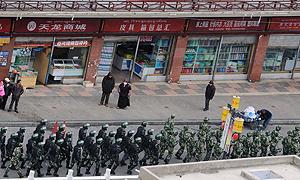 Soldati e polizia cinese in Tibet