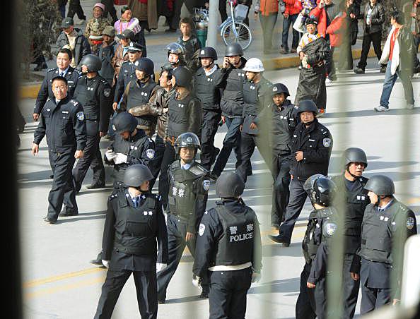 Nonostante le numerose proteste e i continui appelli di organizzazioni e Paesi stranieri, la polizia cinese continua ad arrestare e a sequestrare chiunque manifesti dissenso.