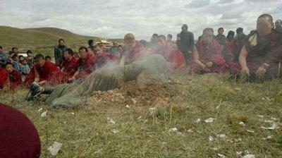 Un gran numero di monaci si è raccolto in preghiera attorno al corpo di Tamdin Dorjee appena autoimmolatosi.