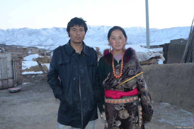 Il giovane tibetano Lhamo Tseten, autoimmolatosi il 26.10.12, qui con  sua moglie Tsering Lhamo.