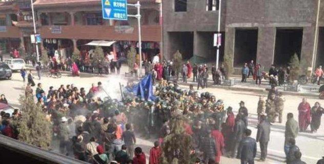 Tibetani si affollano attorno a Dorjee Rinchen, un tibetano che si è auto-immolato a Labrang nel nord-est del Tibet.