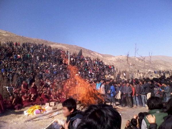 Migliaia di tibetani hanno preso parte alla cerimonia di cremazione di Dorjee Lhundup, il 63° eroe tibetano immolatosi domenica 4 novembre.