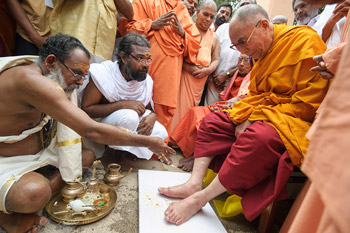 His Holiness the Dalai Lama is welcomed to Sivagiri Mutt with with his feet bathed and sprinkle with flowers in Varkala, Kerala, India, on November 24, 2012. Photo/Tenzin Choejor/OHHDL