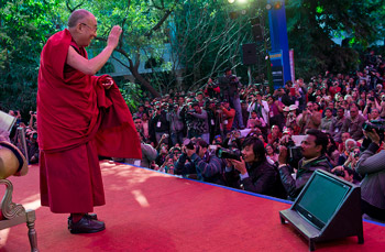 His Holiness the Dalai Lama greeting the audience at the Jaipur Literature Festival in Jaipur, India, on January 24, 2013. Photo/Tenzin Choejor/OHHDL