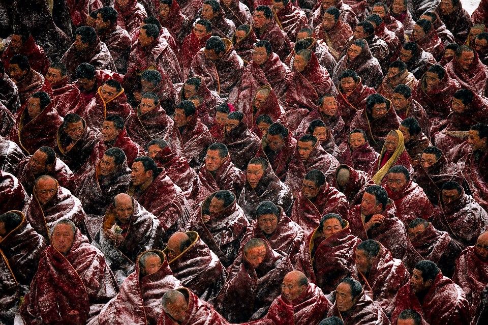 """Quei monaci che si rifiutano durante le lezioni di """"Educazione patriottica"""" nei monasteri di scrivere temi contro il Dalai Lama, contro l'indipendenza del Tibet, a favore del partito comunista vengono pestati a sangue o sbattuti in prigione, finché appunto non si dimostrano educati."""