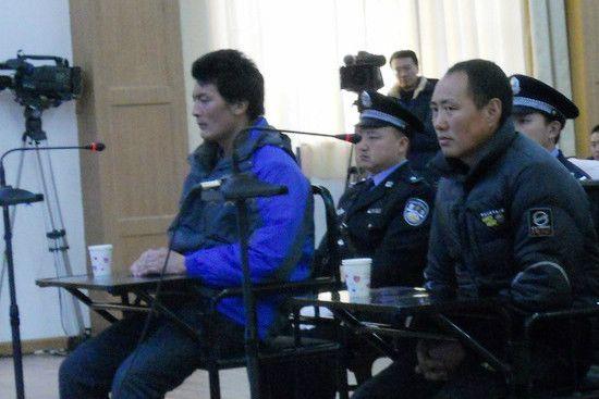 Lorang Konchok (a destra) e suo nipote Lorang Tsering durante il processo in cui sono stati accusati d'istigare le autoimmolazioni.