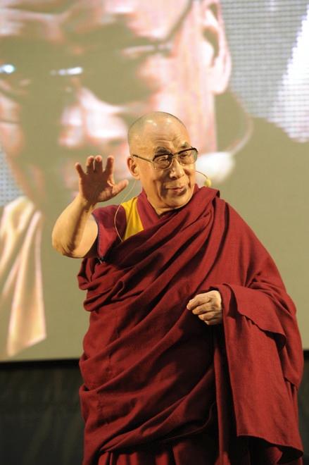 Sua Santità il Dalai Lama: La sorgente della felicità è il buon cuore, e per coltivarla bisogna aprirsi innanzitutto agli altri e avere cura di loro, o quantomeno non nuocere loro.