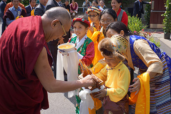 His Holiness the Dalai Lama is offered a traditional Tibetan welcome on his arrival at the Drepung Gomang Institute in Louisville, Kentucky, on May 19 2013. Photo/Jeremy Russell/OHHDL