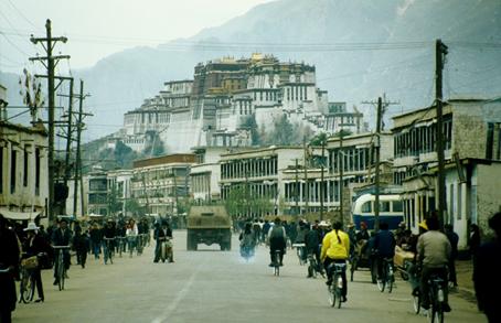 Lhasa il Barkhor e sullo sfondo il gran Potala