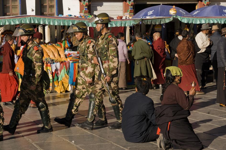 Polizia cinese in assetto di guerra nel centro di Lhasa