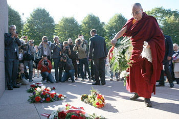 His Holiness the Dalai Lama lays flowers at the foot of the Freedom Monument in Riga, Latvia on September 9, 2013. Photo/Igor/SaveTibetRussia