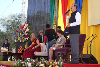 Former Mexican President Vincente Fox introducing His Holiness the Dalai Lama before his talk in Leon, Guanajuato, Mexico on October 15, 2013. Photo/Jeremy Russell/OHHDL