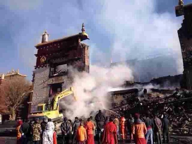 Il monastero di Ganden brucia