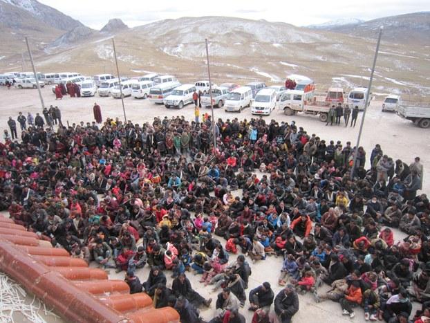 La manifestazione di protesta per chiedere la liberazione di Khenpo Kartse, l'abate trentottenne del monastero di Jhapa