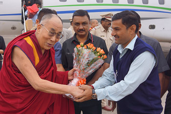 Members of the Indo-Tibetan Mangal Maitri Sangh welcoming His Holiness the Dalai Lama on his arrival at the airport in Nashik, Maharashtra, India on January 3, 2015. Photo/Jeremy Russell/OHHDL
