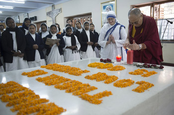 His Holiness the Dalai Lama lighting a candle at the tomb of Mother Teresa during his visit to Missionaries of Charity's Mother House in Kolkata, West Bengal, India on January 12, 2015. Photo/Tenzin Choejor/OHHDL