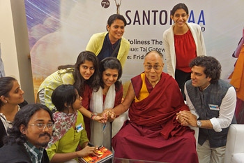 His Holiness the Dalai Lama with young journalists during their meeting in Surat, Gujarat, India on January 2, 2015. Photo/Jeremy Russell/OHHDL