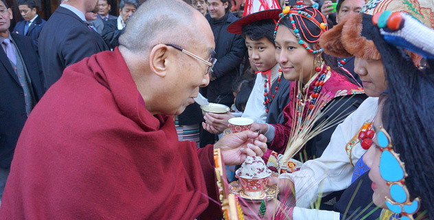 Members of the Tibetan community welcoming His Holiness the Dalai Lama on his arrival at his hotel in Washington DC, USA on February 3, 2015. Photo/Jeremy Russell/OHHD