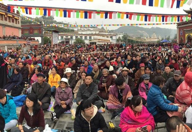Migliaia di Tibetani partecipano all'iniziazione di Kalachakra in Amdo, Tibet.