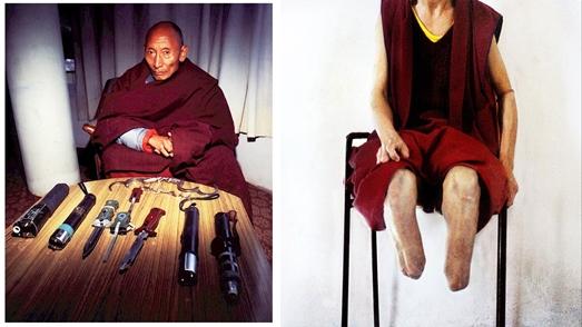 Il Ven Palden Gyatzo mostra alcuni segni delle torture subite ed alcuni oggetti di tortura.