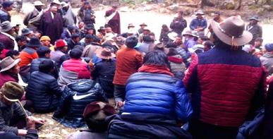 Tibetani in assemblea di protesta contro la miniera