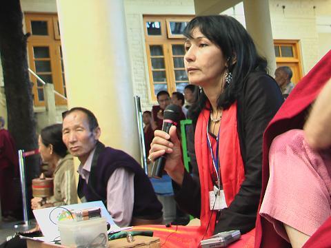 Beatrice Bisbo impegnata a tradurre durante gli insegnamenti
