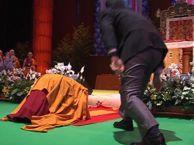 Prostrazioni di Sua Santità il Dalai Lama prima degli insegnamenti