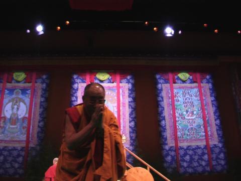 Il saluto sorridente di Sua Santità il Dalai Lama