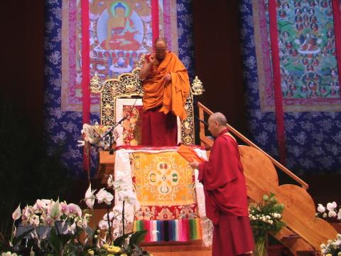 Sua Santità il Dalai Lama saluta la grande assemblea in attesa dei suoi insegnamenti