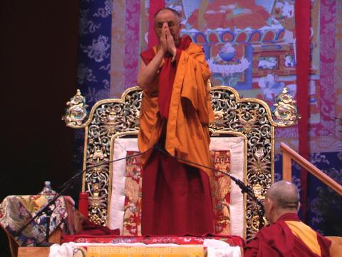 Sua Santità il Dalai Lama saluta tutti prima di iniziare i suoi insegnamenti