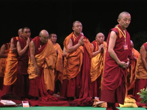 Monaci in attesa degli insegnamenti di Sua Santità il Dalai Lama