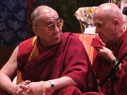 Sua Santità il Dalai Lama sì consulta col traduttore