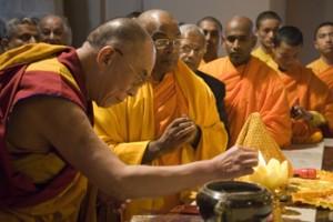 Sua Santità il Dalai Lama fa offerte al Mulagandhakuti Vihara Temple SARNATH 13.01.09