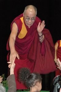 Sua Santità il Dalai Lama stringe la mano e saluta i partecipanti della conferenza