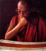 Sua Santità il Dalai Lama mentre studia antichi testi Buddhisti