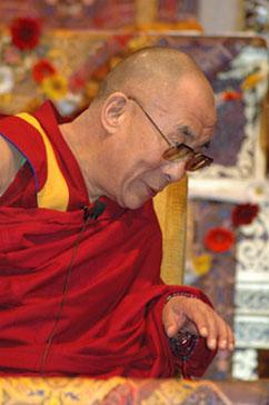 """Sua Santità il Dalai Lama: """"Lama Tzong Khapa dice che quando la nostra contemplazione dell'impermanenza diviene molto ferma e stabile, tutto ciò in cui ci imbattiamo ci insegnerà l'impermanenza""""."""