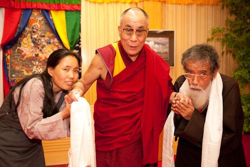 Sua Santità il Dalai Lama con gli ex prigionieri politici tibetani Phuntsok Nydron e Takna Jigme Sangpo