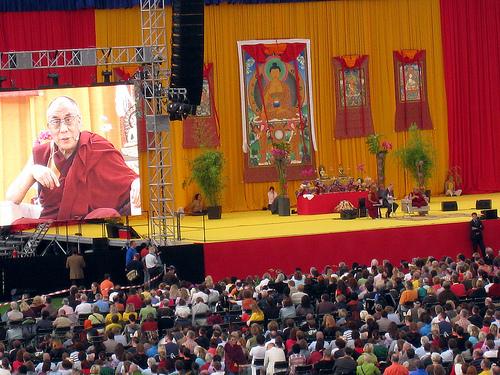 """Sua Santità il Dalai Lama: """"le emozioni distruttive, come l'odio, l'estrema invidia e gelosia e le loro emozioni accessorie non solo distruggono la pace della mente, ma sono nocive per la salute fisica""""."""
