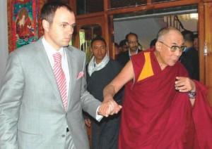 Il Primo Ministro dello Stato di Jammu e Kashmir Omar Abdullah col suo governo è venuto ad accogliere Sua Santità il Dalai Lama all'aeroporto di Leh.