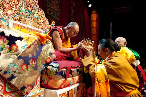 Sua Santità il Dalai Lama riceve l\'offerta del Mandala da Namkha Rinpoche nel corso degli insegnamenti di Losanna