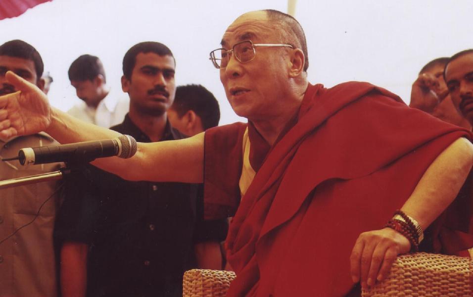 """Sua Santità il Dalai Lama: """"Finché si è tibetani e si mangia tzampa (il classico cibo tibetano fatto di farina d'orzo tostata) si ha la responsabilità di tener viva la questione tibetana. Levate pure in alto le bandiere del Tibet e mantenete alta la vostra dignità di tibetani, mantenendo così in alto la religione Buddhista""""."""