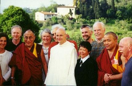 Sua Santità il Dalai Lama all'Istituto Lama Tzongkapa di Pomaia PI, al centro con l'abito bianco Padre Laurence Freeman ed a destra il Ven. ghesce Tenzin Tenphel
