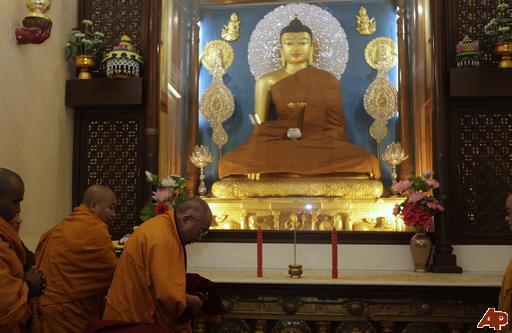 """Sua Santità il Dalai Lama: """"La mera apparenza di queste concettualizzazioni fa sì che si comprende la natura ultima delle cose. Qui l'esempio è quello di un ladro che entra in una casa vuota dove non c'è niente da rubare. Quando si è nella chiara luce, non ci si impegna più in pratiche convenzionali, come prostrazioni e così via, ma si rimane sempre concentrati nella chiara luce e nel significato""""."""
