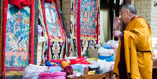 Sua Santità il Dalai Lama benedice le tangke o effigie religiose in occasione del suo insegnamento il 28 febbraio 2010 a Dharamsala