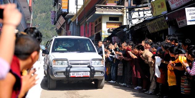 L'enorme devozione della comunità tibetana di Dharamsala è espresso nel caldo benvenuto al proprio leader spirituale Sua Santità il Dalai Lama appena di ritorno dal suo viaggio negli USA dove ha incontrato il Presidente Obama.
